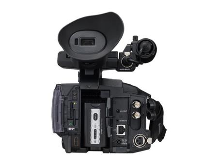 Schwarze, professionelle Videokamera von hinten
