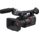 Schwarze, professionelle Videokamera mit Mikrofon von vorne