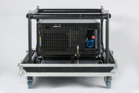 Schwarzer Projektor ohne Optik im Flugrahmen und Case, Rückseite