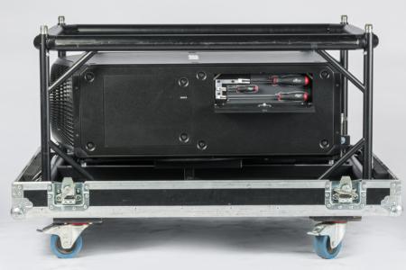 Schwarzer Projektor ohne Optik im Flugrahmen und Case, seitlich mit Werkzeug
