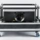 Schwarzer Projektor ohne Optik im Flugrahmen und Case, Vorderseite