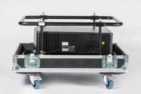 Schwarzer Projektor ohne Optik im Flugrahmen und Case, seitlich