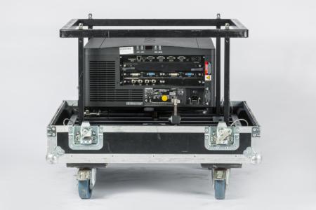 Schwarzer Projektor mit vielen Anschlüssen im Flugrahmen und Case, Rückseite