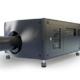 Schwarzer sehr großer Projektor, mit langem Objektiv und Anschlüssen seitlich, von vorne