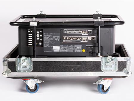 Schwarzer Projektor in Flugrahmen und Flightcase, seitlich