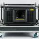 Schwarzer Projektor in Flugrahmen und Flightcase, ohne Objektiv, Vorderseite